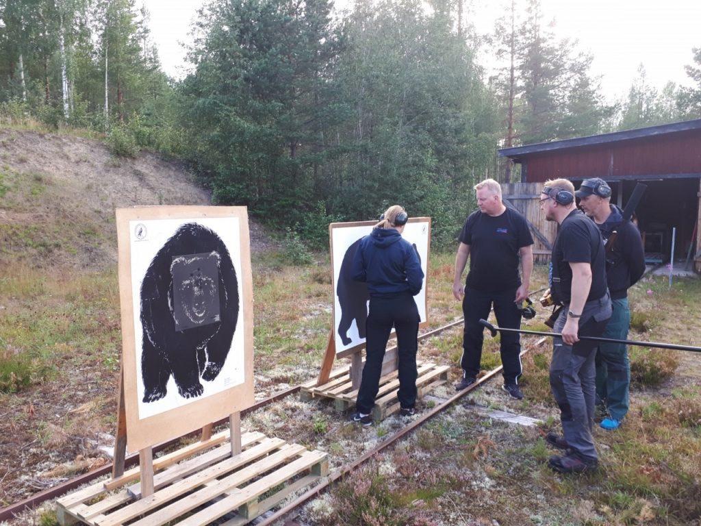 På Ytterhogdals skjutbana efter Kvarnvägen skjuts det för fullt inför jaktstarten. Varje sommar under juli-augusti hålls 12 st skjutkvällar där man kan övningsskjuta.